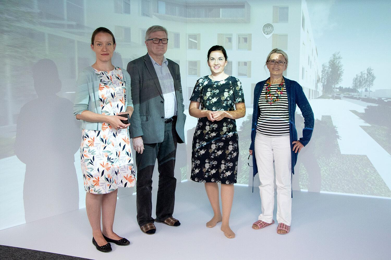 Mirka Soinikoski, Päivi Räsänen, Johannes Koskinen ja Sanni Grahn-Laasonen Assin projektitoimiston Cave-tilassa.